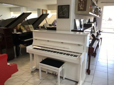 Bílé pianino Ritmüller 118, bílý chrom, se zárukou 5 let.