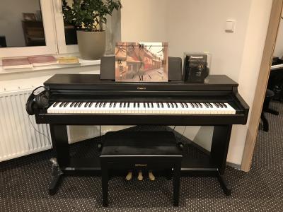 Digitální pianino Roland HP 236 vzáruce, včetně nových sluchátek.