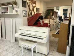 Menší bílé pianino Aspheim ve velmi dobrém stavu, málo hrané