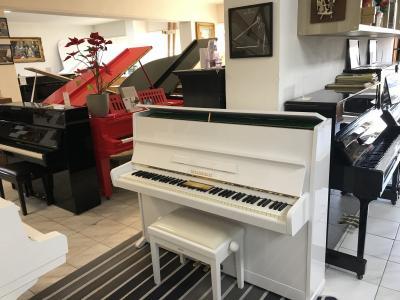 Bílé pianino Weinbach model 114 sezárukou, včetně židle, 1ladění.
