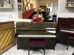 Menší pianino Petrof po prvním majiteli.