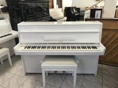 Menší bílé pianino v záruce.