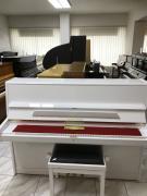 Bilé pianino August Förster sezárukou