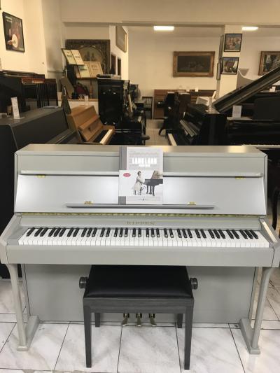 Šedé pianino Rippen, rok výroby 1986.