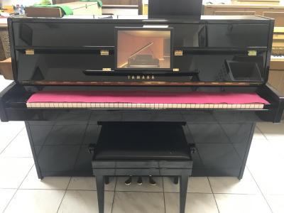 Pianino Yamaha model C110A sezárukou 2 roky, včetně židle