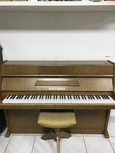 Pianino August Förster sezárukou, včetně nové židle a 1. ladění