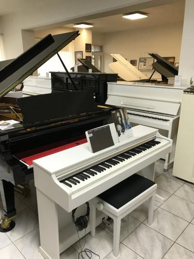 Zánovní piano Yamaha včetně židle, nová sluchátka.