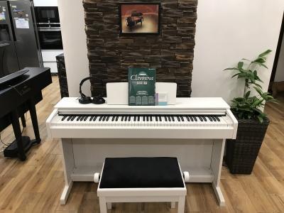 Bílé digitální pianino YAMAHA