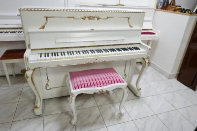 Bílé pianino Petrof rokoko, rok výroby 1984, v záruce