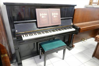Klavír Petrof model 30 Gold Medals, výška 132 cm.