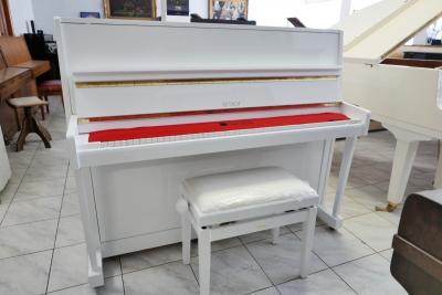 Bílé pianino Petrof model 118, rok výroby 1990.