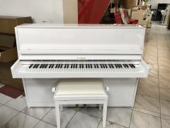 Bílé pianino Hoffmann s novou židlí.