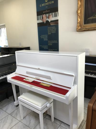 Bílý klavír PETROF 125 sezárukou 2roky, doprava zdarma
