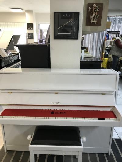 Pianino Petrof 112 Internacional sezárukou, včetně nové židle.