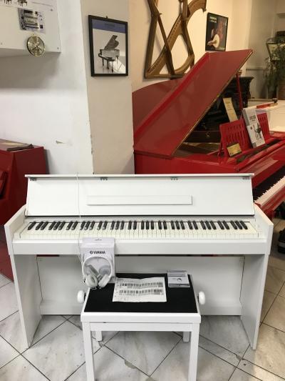 Bílé digitální piano Yamaha.