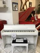 Bílé digitální piano Yamaha, včetně sluchátek a židle.