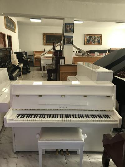 Pianino YAMAHA made in Japan s židlí.