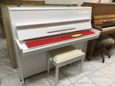 Bílé pianino Petrof, výška 114cm, sezárukou 2roky.