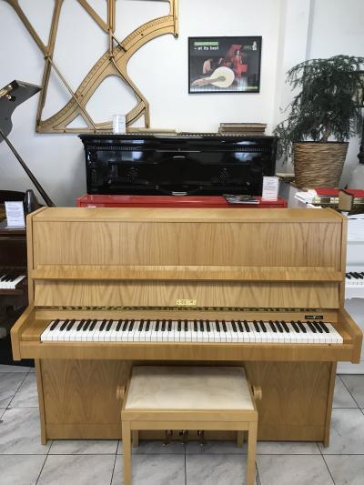 Pianino Petrof model 115 III, r. v. 1997, se zárukou 2 roky, včetně židle.