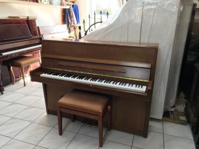 Pianino Astor v záruce včetně klavírní židle.