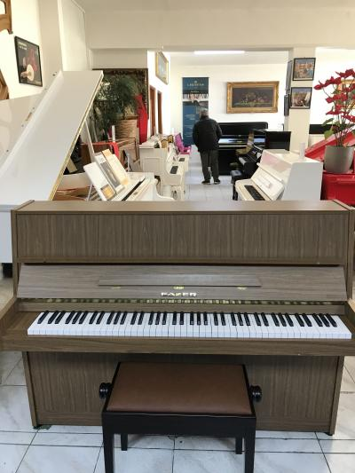 Menší pianino Fazer.
