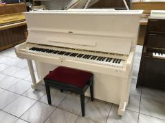 Krásné bílé pianino Samick vzáruce, rok výroby 2010.
