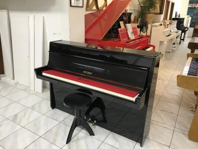 Menší černé pianino Petrof ve velmi dobrém stavu.