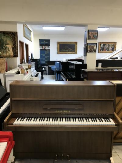 Pianino August Förster se zárukou, včetně židle.