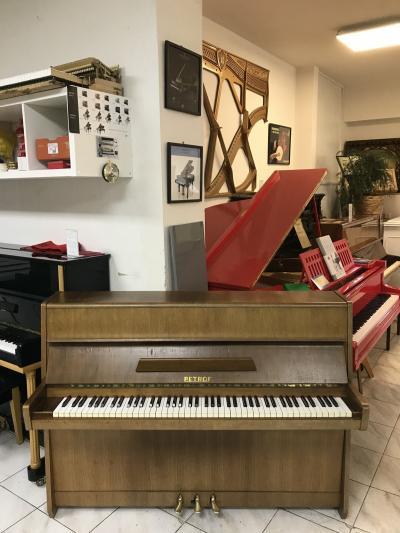 Menší pianino Petrof model 105.