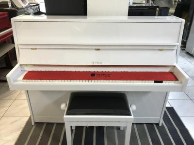 Krásné bílé pianino Petrof