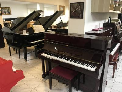 Pianino Samick model Su 118 s židlí.