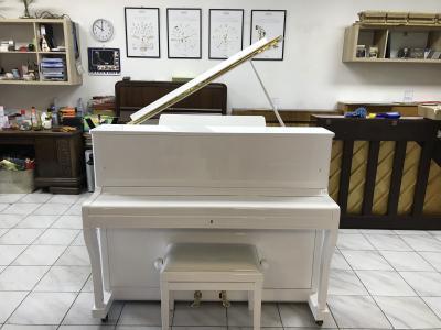 Bílé pianino PETROF model 116 sezárukou, doprava zdarma.