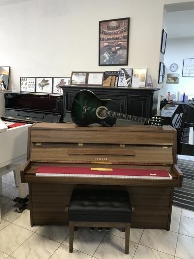 Japonské pianino Yamaha se zárukou + dárek set Klasik kytara (4/4).