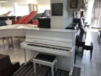 Bílé pianino Astor - Hoffmann sezárukou