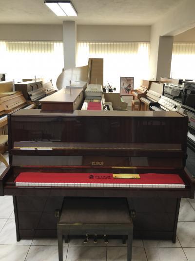 Zánovní pianino Petrof sezárukou, poprvním majiteli.