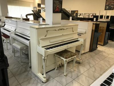 Luxusní bílé pianino Petrof - Rococo poprvním majiteli, sezárukou 3roky