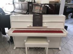Bílé pianino Weinbach s židlí.