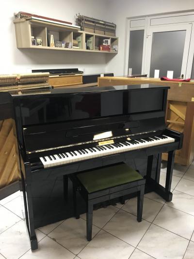 Černé pianino v dobrém stavu.