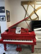 Červený klavír August Förster, dlouhý 160 cm