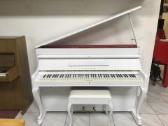 Bílé pianino August Förster včetně klavírní židle, doprava zdarma.