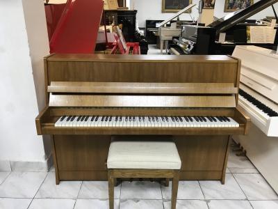 Menší pianino Petrof v záruce.
