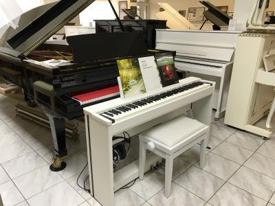 Bílé digitální piano Kawai model CL36.