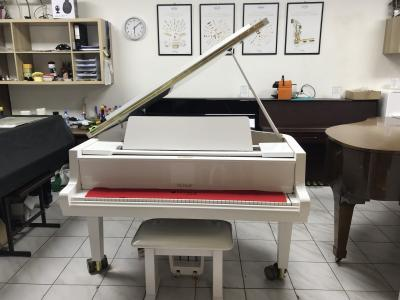 Bílý klavír Petrof po opravě, záruka 2 roky.