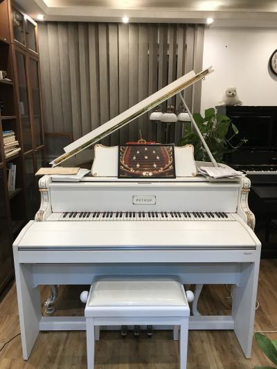 Krásné bílé piano Roland E 120 vzáruce, včetně nové židle.