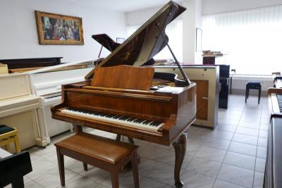 Klavír Petrof model IV Demichippendale.