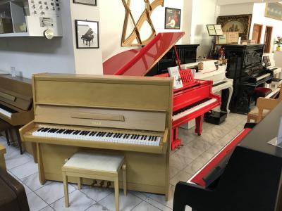 Pianino Petrof Opera 125 včetně nové italské židle.
