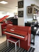 Červené pianino sezárukou, doprava zdarma