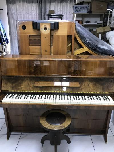 Krásné pianino Petrof