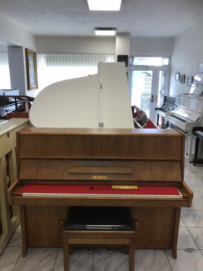 Pianino Petrof K 114 se zárukou, včetně nové klavírní židle.