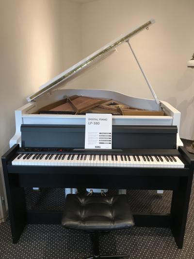 Digitální piano KORG LP-380 sezárukou.